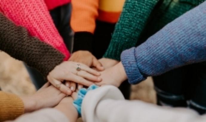 La formació abordarà temes com les relacions laborals a les cooperatives de treball associat i les relacions laborals de les sòcies cooperatives. Font: Unsplash.