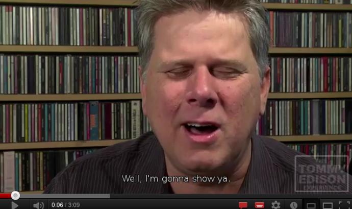 Tommy Edison explicant com utilitza el seu iPhone Font: