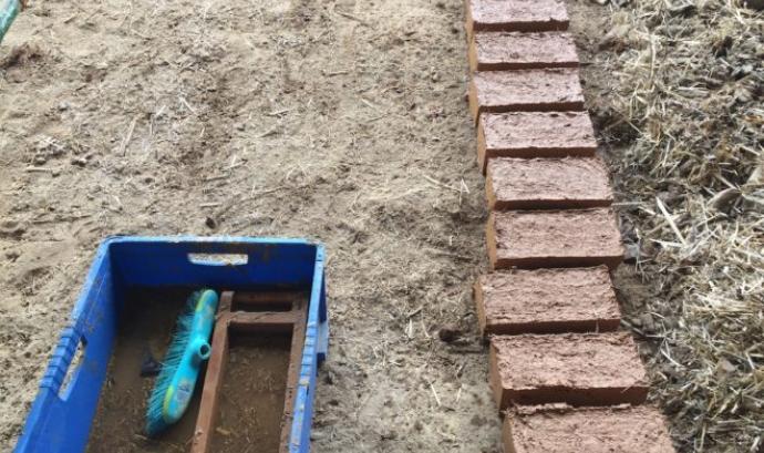 Els tovots es fan amb fang o argila i palla