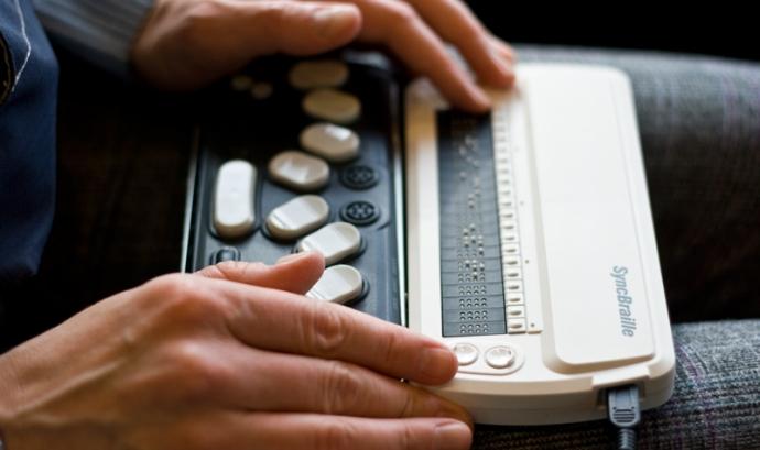 Mitjançant un lector navegador o un lector braille, els usuaris podran interpretar les imatges de Twitter. Imatge Karola Riegler Llicència CC BY-ND 2.0 Font:
