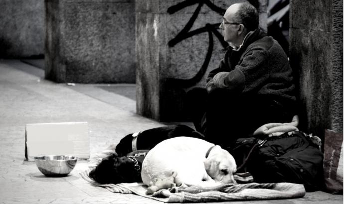 Una persona demana diners al carrer