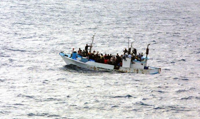 Embarcació de refugiats enfonsant-se Font: