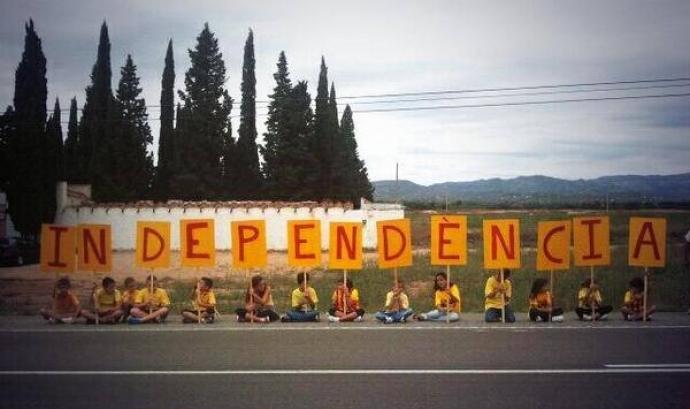 La paraula independència al tram 68 de la Via Catalana. Autora Mar Solà Font: