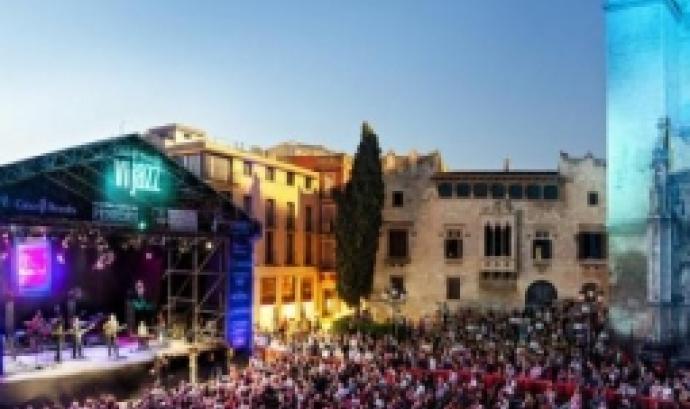 La Plaça de Jaume I s'omple de gom a gom de gent amb una copeta de vi preparada pels concerts