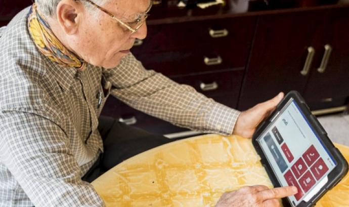 Dispositius mòbils per combatre la solitud i l'escletxa digital
