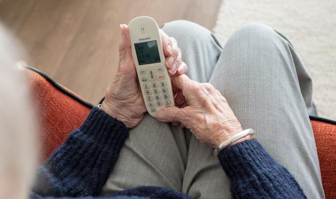 La gent gran, col·lectiu de risc, pot fer ús de la xarxa de voluntariat trucant per telèfon Font: Sabine van Erp