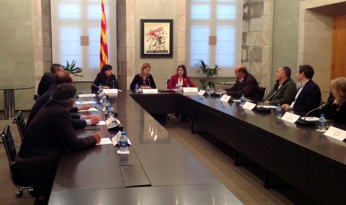 Imatge de la vicepresidenta amb els signants del codi de bones pràctiques. Font: web gencat.cat Font: