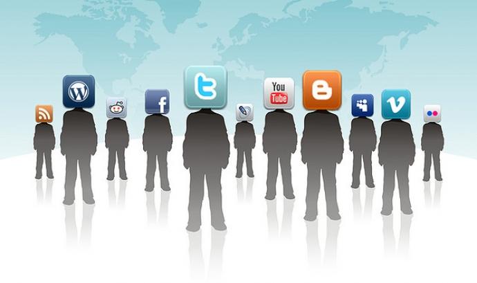 Les persones utilitzen les xarxes socials per informar-se i comunicar Font: