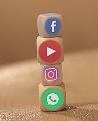 Fotografia d'uns daus amb logotips de xarxes socials.