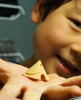 Un infant amb una petita casa que ha dissenyat amb Tinkercad