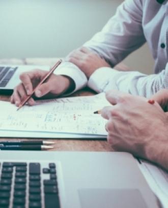 El curs va dirigit a direccions, gerències i professionals de les àrees de comptabilitat i administració de les fundacions. Font: Unsplash.