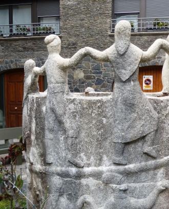 Fotografia de l'escultura d'homenatge al contrapàs a Andorra