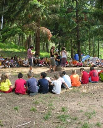 Monitors amb un grup de nens i nenes_Fundació Pere Tarres_Flickr