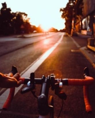 La jornada compta amb una pedalada i una classe magistral 'Cicloindoor' de Melcior Mauri. Font: Unsplash.