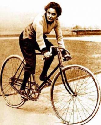 Dona ciclista, fotografia d'època