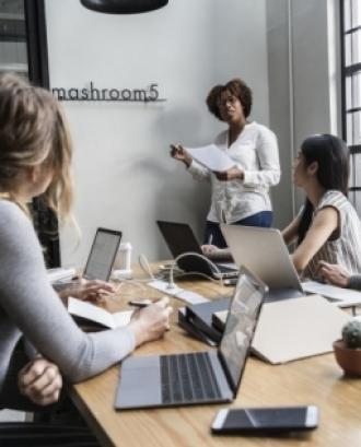 L'objectiu de la sessió és introduir el concepte i funcionament del format de la cooperativa. Font: Unsplash.