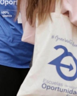 Noia amb una bossa que porta l'eslògan 'Escuelas de Oportunidad'. Foto: El Llindar