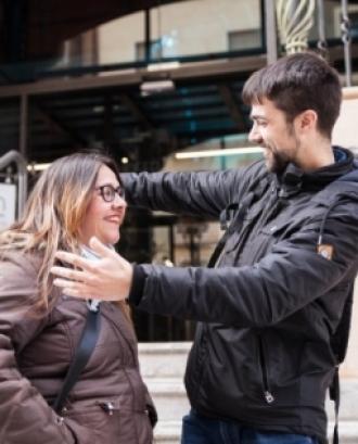 Dues persones conegudes es fan una abraçada. Font: La Tutela