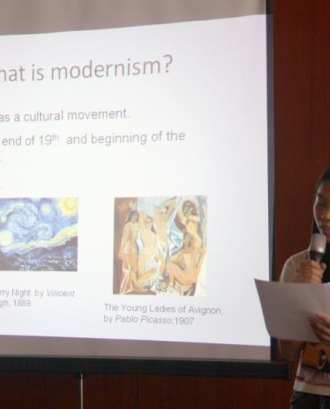 Una jove fent una explicació sobre el modernisme