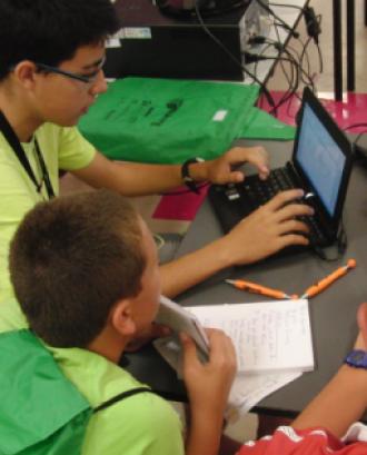 Joves fent servir ordinadors portàtils. Autora: Olga Berrios