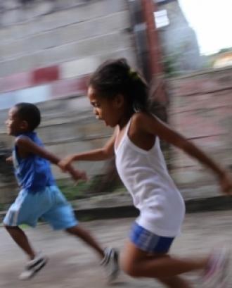 L'iniciativa es porta a terme al voltant de 12 països d'Àfrica i Amèrica i arriba a més de 12.700 nenes i adolescents. Font: Unsplash.