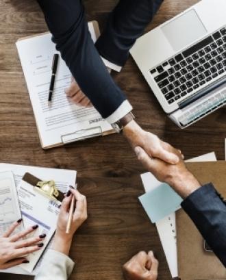 La selecció, el suport, l'avaluació i el pla de successió del director són bàsics per assegurar una bona relació entre el patronat i la direcció executiva. Font: Unsplash