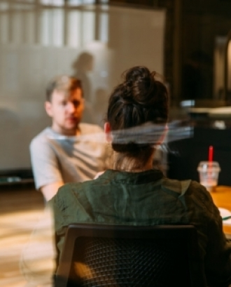L'objectiu és dotar d'eines interpersonals i recursos per gestionar, dinamitzar i participar de manera eficaç, en reunions directives del patronat. Font: Unsplash.