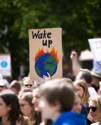 L'objectiu del cicle és parlar sobre la crisi ambiental, les revoltes socials i les possibles alternatives i solucions al respecte. Font: Unsplash.