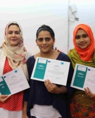 Tres participants a l'anterior edició del curs mostrenels seus certificats