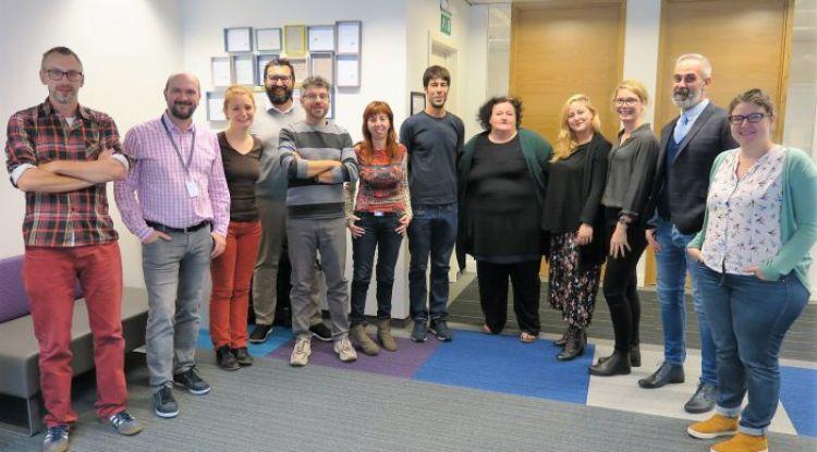 Foto de grupo de personas que trabajan en el proyecto