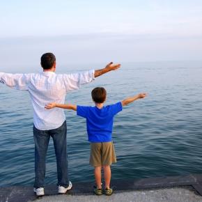 Persones davant del mar. Font: Orientación Educativa Familiar