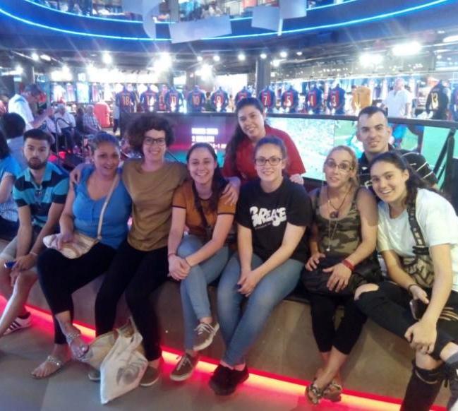 El grup de joves visitant la tenda del Barça