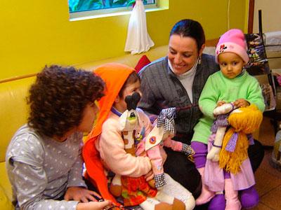 Una noia duu a terme un voluntariat en l'àmbit de la infància
